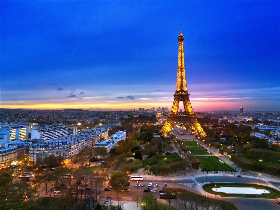 http://www.panoimage.fr/Photo%20Pour%20Forum/Paris/Tour%20eiffel%20by%20Night.jpg
